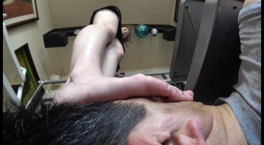 美人ウエイトレス様の美しい足裏で顔を踏まれるだけが変態便利屋の責務 サンプル画像02