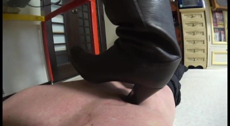 2足のブーツで体中に痕が残るまで踏まれることが美人ウェイトレス様への忠誠心 サンプル画像06