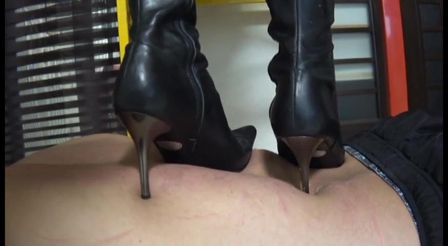 2足のブーツで体中に痕が残るまで踏まれることが美人ウェイトレス様への忠誠心 サンプル画像08