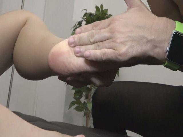 垢を食べるM男・足の裏の垢をもりもり食べちゃいました! サンプル画像02