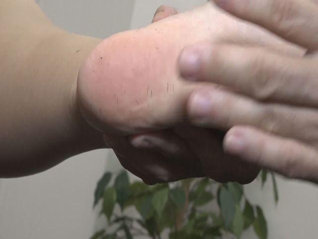 垢を食べるM男・足の裏の垢をもりもり食べちゃいました! サンプル画像03