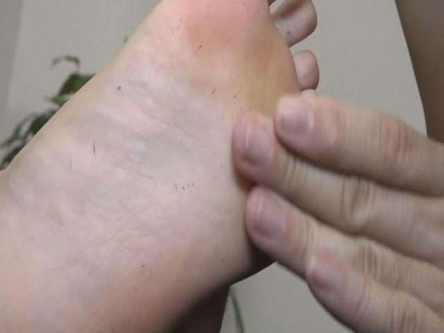 垢を食べるM男・足の裏の垢をもりもり食べちゃいました! サンプル画像04