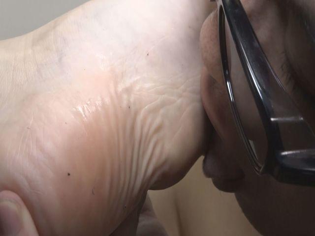 垢を食べるM男・足の裏の垢をもりもり食べちゃいました! サンプル画像05