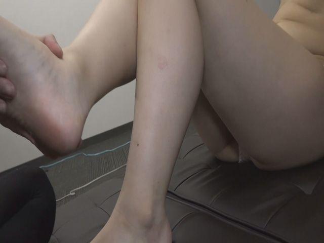 垢を食べるM男・足の裏の垢をもりもり食べちゃいました! サンプル画像06