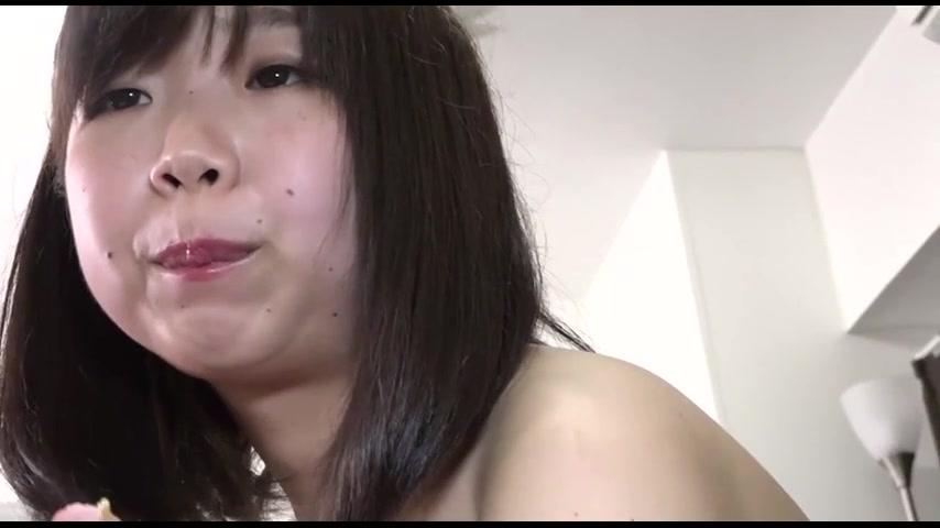 【巨女に喰われたM男】一寸法師になったM男を下品に咀嚼する美女たち サンプル画像02