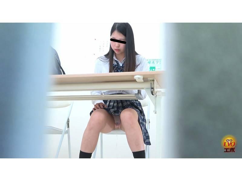 学習塾盗撮 授業中に滴るおしっこお漏らし4 サンプル画像21