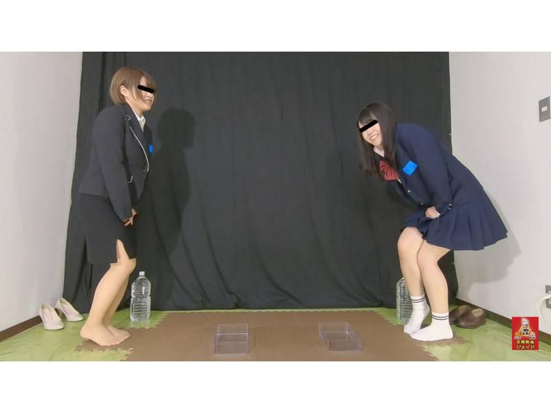 おしっこガマン極限対決 女学生とOLのお漏らし勝負 3 1/2 サンプル画像1