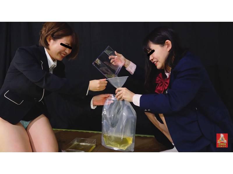 おしっこガマン極限対決 女学生とOLのお漏らし勝負 3 1/2 サンプル画像4