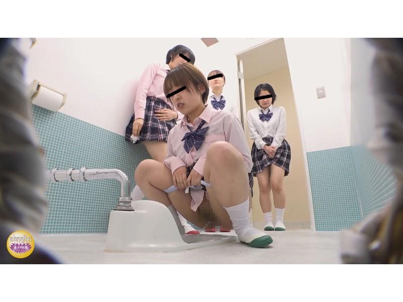 女子校休み時間 集団なだれ込みおしっこ サンプル画像14