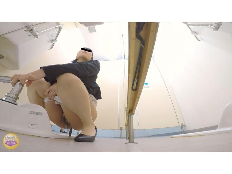 社内トイレ 超気まずい…OLオナラ大便 サンプル画像17