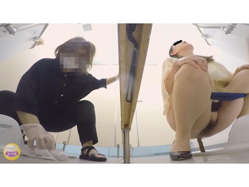 社内トイレ 超気まずい…OLオナラ大便 サンプル画像24