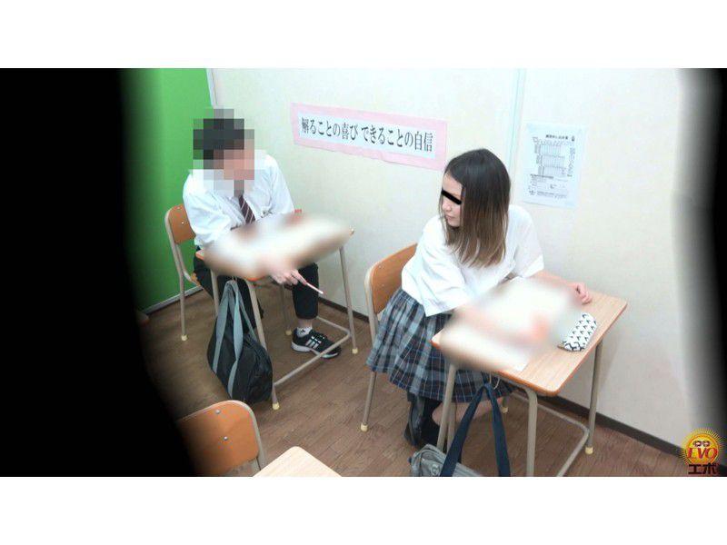 盗撮 授業中の女子校生 みんなにバレてる?おなら サンプル画像13