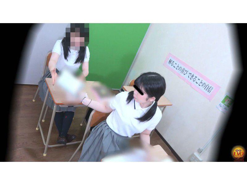 盗撮 授業中の女子校生 みんなにバレてる?おなら サンプル画像22