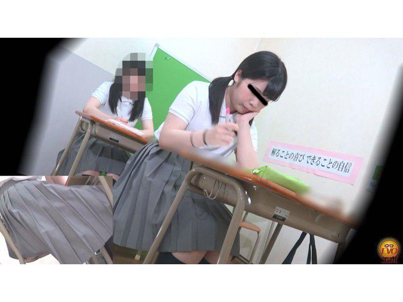 盗撮 授業中の女子校生 みんなにバレてる?おなら サンプル画像23