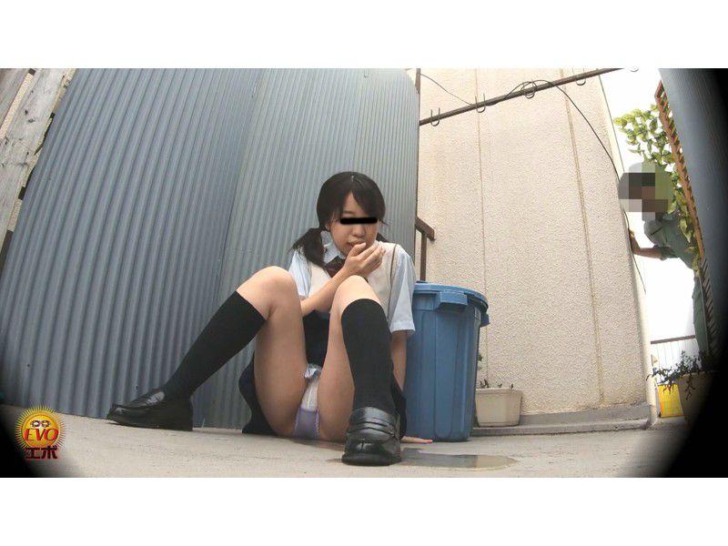 盗撮 街行く人にバレた!見られた!!恥ずかしい…路地裏おしっこ漏らし女子校生 サンプル画像10