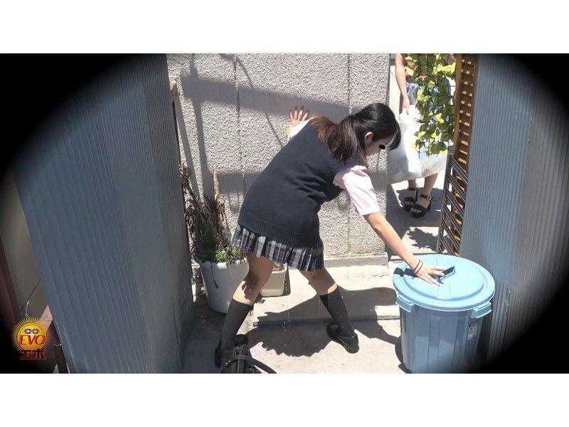 盗撮 街行く人にバレた!見られた!!恥ずかしい…路地裏おしっこ漏らし女子校生 サンプル画像12