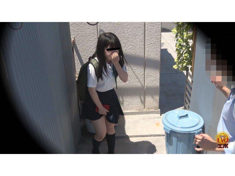 盗撮 街行く人にバレた!見られた!!恥ずかしい…路地裏おしっこ漏らし女子校生 サンプル画像14
