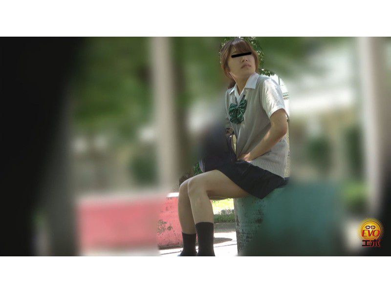 盗撮 街行く人にバレた!見られた!!恥ずかしい…路地裏おしっこ漏らし女子校生 サンプル画像21