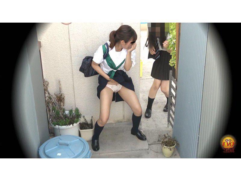 盗撮 街行く人にバレた!見られた!!恥ずかしい…路地裏おしっこ漏らし女子校生 サンプル画像7