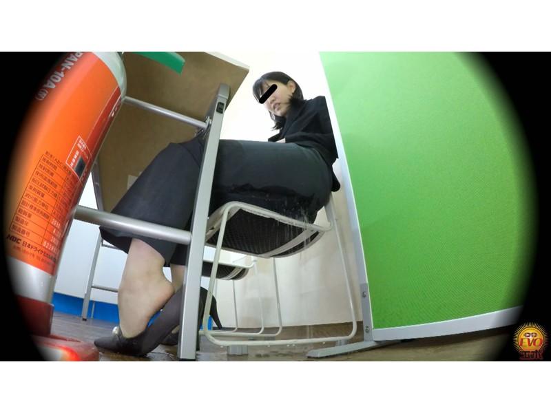 盗撮 意地悪な面接官の膀胱圧迫お漏らし! 面接会場の悲劇… サンプル画像20