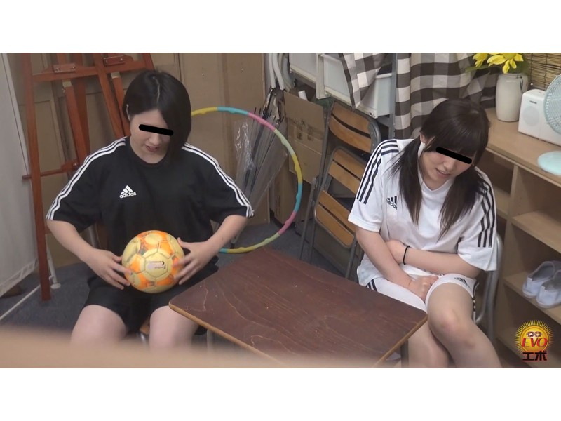 女子校部室隠撮 活発女子校生の運動後の 太軸エネルギッシュ噴射おしっこ サンプル画像15