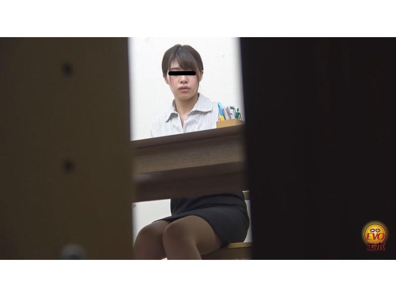 社内盗撮 トイレで実は…OLの全裸大放屁 サンプル画像2