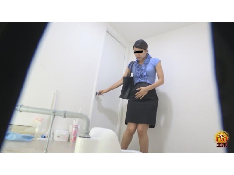 社内盗撮 トイレで実は…OLの全裸大放屁 サンプル画像3