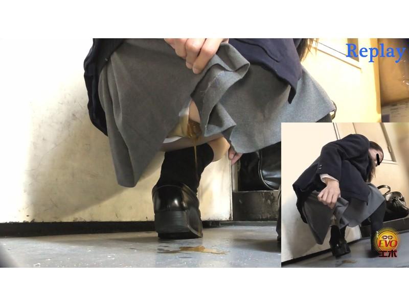 追跡盗撮 女子校生学校帰りウンコ漏らし4 ベランダ、マンションの踊り場駆け込み編 サンプル画像18