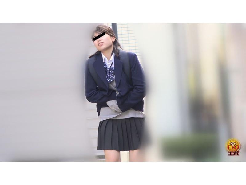 追跡盗撮 女子校生学校帰りウンコ漏らし4 ベランダ、マンションの踊り場駆け込み編 サンプル画像7