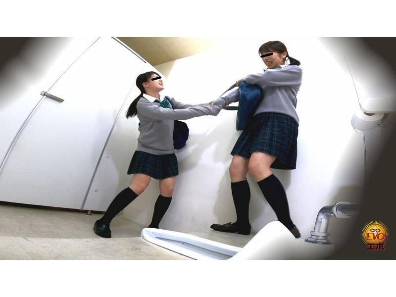 盗撮 けんかぼっぱつ!女子トイレ取り合いお漏らし サンプル画像17