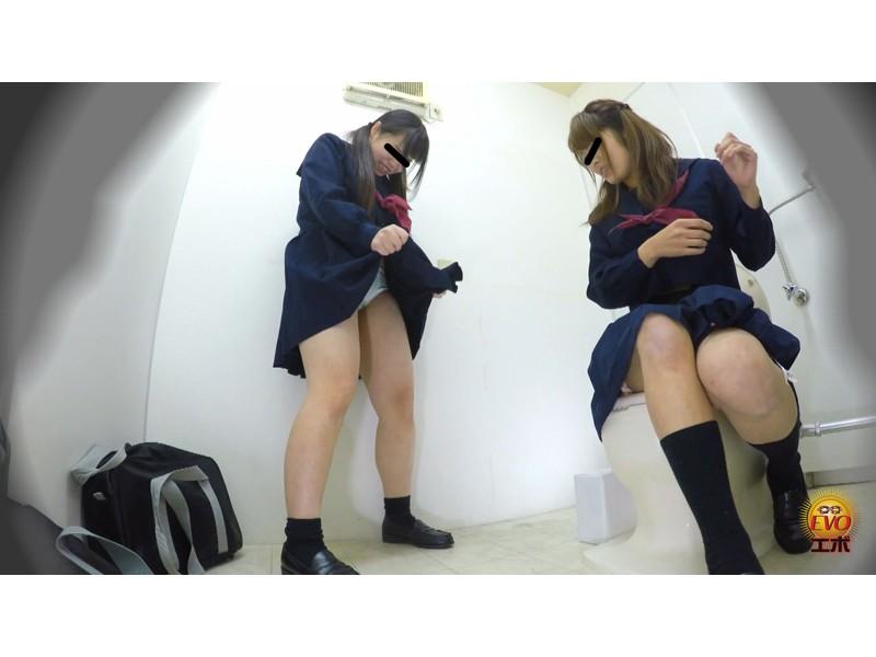 盗撮 けんかぼっぱつ!女子トイレ取り合いお漏らし サンプル画像8