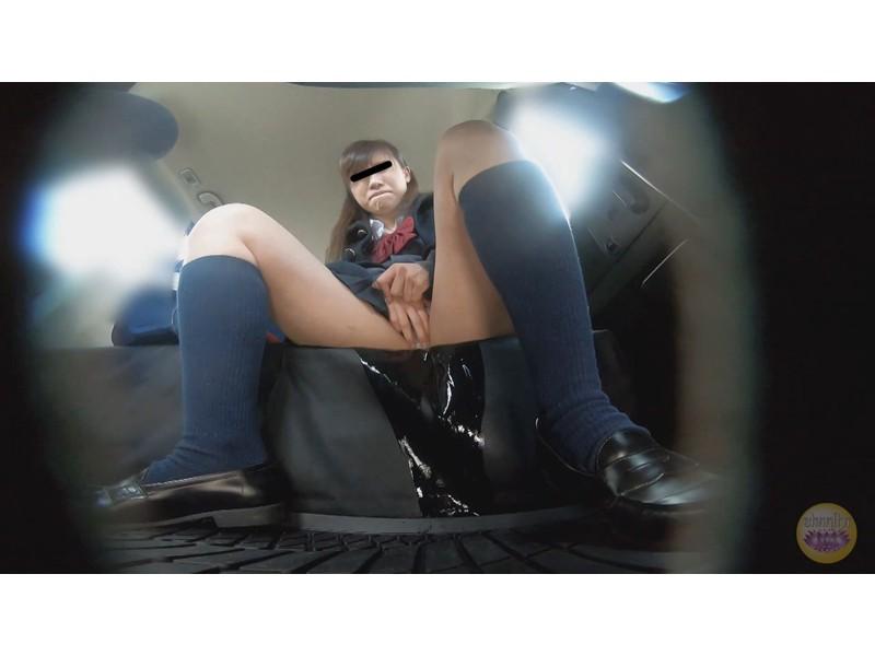 女学生 高速道路 車内お漏らし サンプル画像14