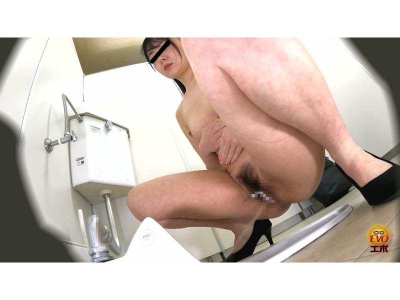 隠密撮 OLさん達のストレス解消法!? 社内トイレで全裸おしっこ 地方部署プラス サンプル画像21