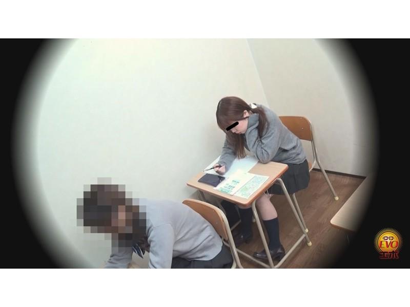 校内盗撮 びっくり仰天お漏ら失禁 女子校生スカートめくり編 サンプル画像7