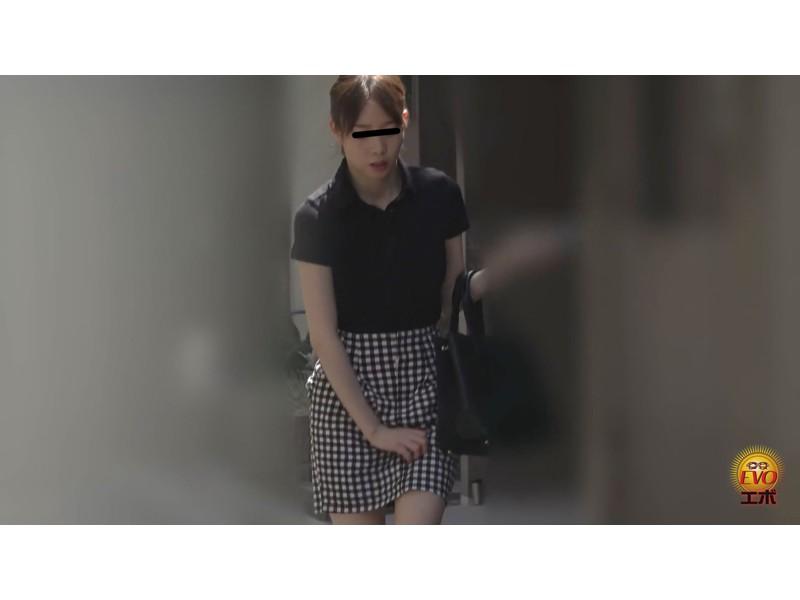 尿意限界女子の超接写アングルど迫力放尿 サンプル画像11