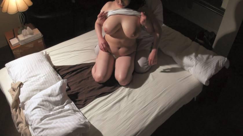 堅物で爆乳な妻を騙して ~結婚記念日に夫婦で泊まったホテルで性感マッサージを… Sさん(37)  サンプル画像11