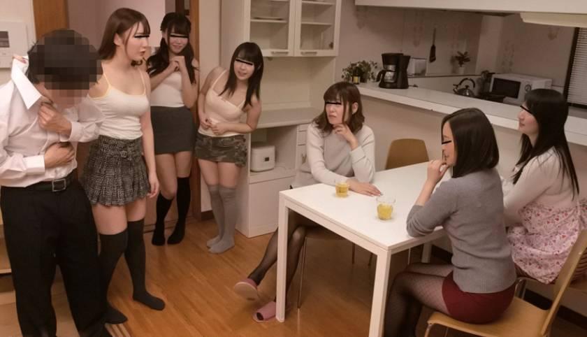 ママ友と姉友が我が家で女子会!僕の目の前でパンチラ&パイチラ見せつけて「子供のくせにこんな大きくさせて生意気だぞ!」狙ってるのは即反応しちゃってる僕の股間!「チ〇ポの数が足りてないよ」って僕の友達まで呼び出され大人女子6人に肉食目覚めさせられちゃった。  サンプル画像11