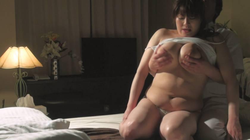 堅物で爆乳な妻を騙して ~結婚記念日に夫婦で泊まったホテルで性感マッサージを… Sさん(37)  サンプル画像12