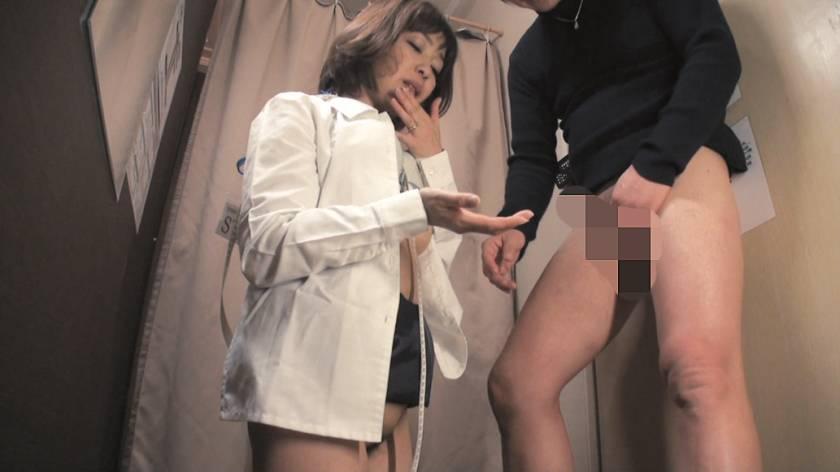 試着室で熟女店員にチ○ポ出して裾上げをお願いしたら 2  サンプル画像13