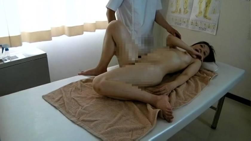 エロマッサージでぬるぬるの濡れ濡れになった人妻をハメる悪徳マッサージ師  サンプル画像13