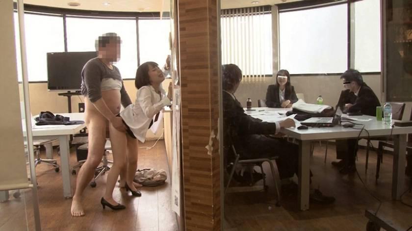 SOD女子社員 宣伝部入社5年目 マジかん広報 望月りさ(24) 平日社内こっそり激ピストンッ!バレないようにと必死に我慢!それでも気持ち良くて小さな身体がめちゃイキ  サンプル画像1