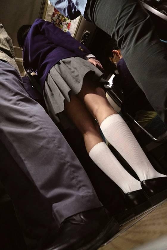 満員バスで背後から制服越しにねっとり乳揉み痴漢され腰をクネらせ感じまくる巨乳女子○生 4  サンプル画像1