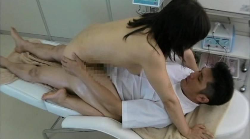 エロマッサージでぬるぬるの濡れ濡れになった人妻をハメる悪徳マッサージ師  サンプル画像1