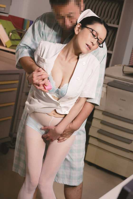 病院にはバレたくないから…25時~28時限定 誰も知らない平日深夜限定の美熟女ナース裏看護 12人 4時間  サンプル画像2