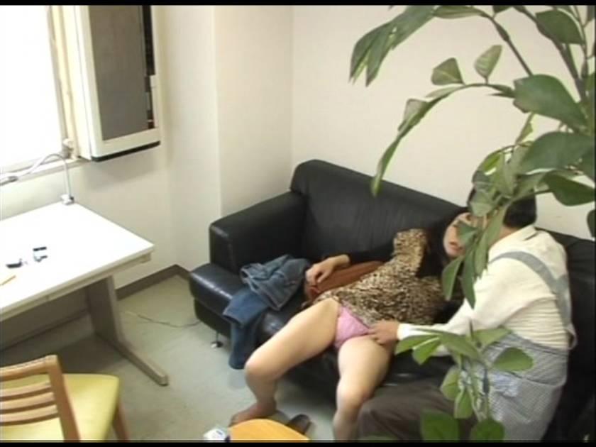 【盗撮】反省の色が見えない万引き犯の熟女主婦にカラダで御請求  サンプル画像2