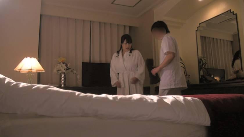 堅物で爆乳な妻を騙して ~結婚記念日に夫婦で泊まったホテルで性感マッサージを… Sさん(37)  サンプル画像3