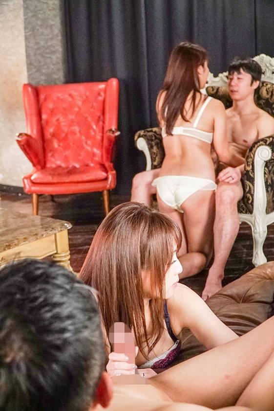 以前から興味のあったカップル喫茶に妻を説得して連れて行ったら…見知らぬ男達のチ●ポを咥え込みヨガり狂う彼女を初めて目の当たりにしてしまった… 吉沢明歩  サンプル画像3