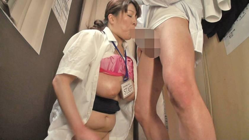 試着室で熟女店員にチ○ポ出して裾上げをお願いしたら 2  サンプル画像4