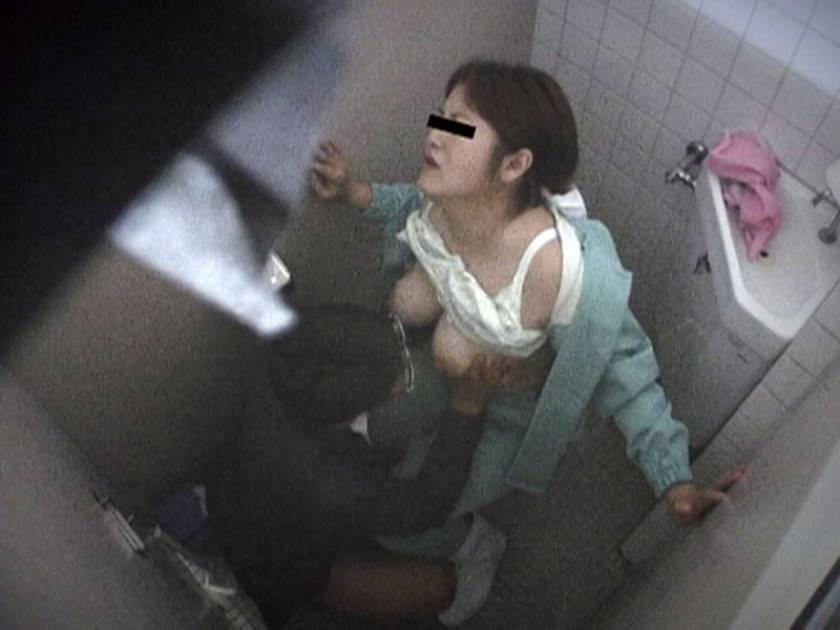 清掃中の熟女掃除婦さんを密着して口説いたらエロい事ができるのか?  サンプル画像4