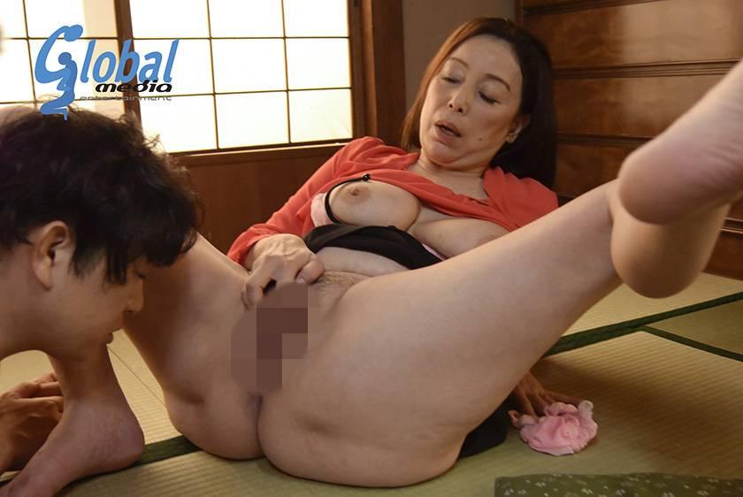 田舎の母子性交 絶倫童貞息子を優しく包み込む五十路母 青井マリ  サンプル画像6